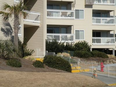 Ground floor unit close to the beach/parking/pools makes everything convenient!