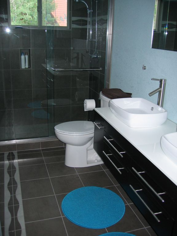 hall bathroom, located between the second and the third bedrooms