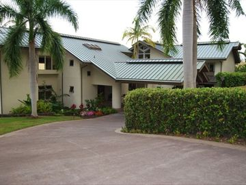 Kailua Kona house rental - The front entrance of Huelani offers a large driveway with covered parking.