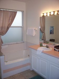 Sunset Lakes villa rental - Master Bath Tub