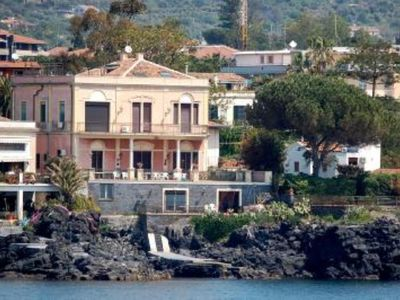 Apartment in old big house with private access to the sea