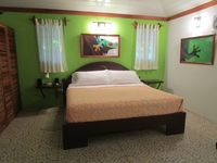 PRIVATE LUXURY CABIN, GATED, BEACH-SIDE GARDEN PROPERTY A/C, WiFi, Sat TV