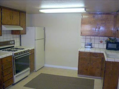 Kitchen features: Microwave, oven, toaster, coffee maker, glassware and plates