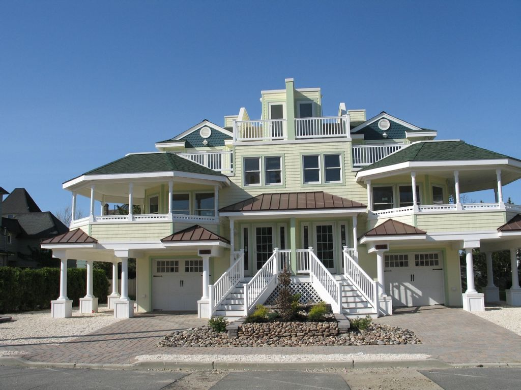 Modern victorian oceanside in historic homeaway beach for Modern house rental