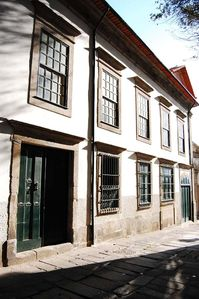 The house façade at Rua de Dom Hugo nº41. Very quiet street. Free parking.