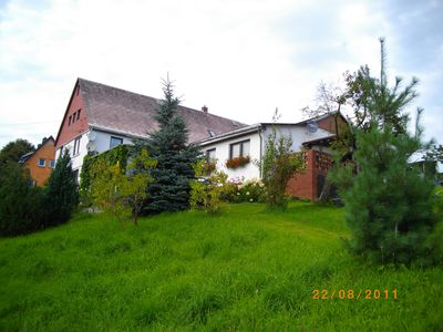 The apartment is located in a pension with a large meadow