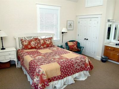 Crofter Cottage Queen Master Bedroom with bathroom