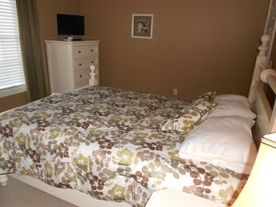 Bedroom 2, Queen bed