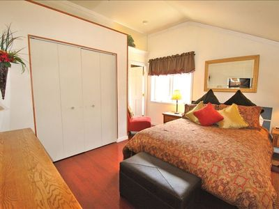 Queen bed w/ lovely linens, sitting area, flatscreen TV, lots of storage, views!