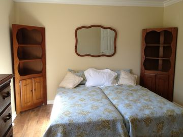 'Provencal' guest room with 2 twin beds