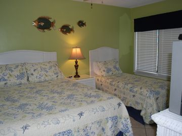 Front bedroom: Queen and twin