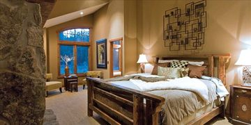 Mammoth Lakes chalet rental - Master bedroom w/fireplace and sitting area