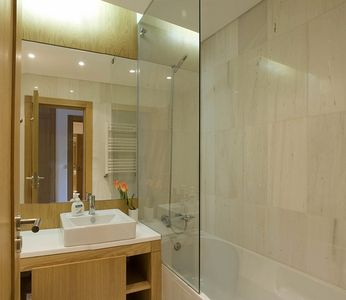 Cascais apartment rental - Main bathroom with showerbath