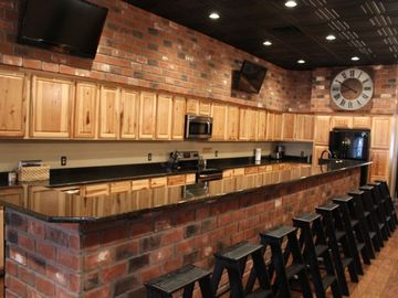 Cotter lodge rental - 30 FT BAR 2 LED TV,S HUGE KITCHEN