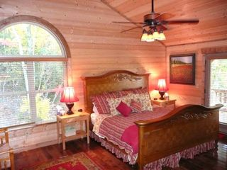 Blue Ridge cabin photo - Tuckaway Ridge master bedroom