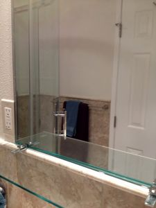 San Diego bungalow rental - Bathroom mirror and shelf