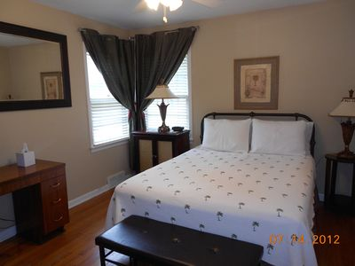 Springfield house rental - queen bed, Palm tree theme.