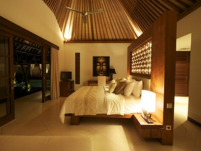 Sanur villa rental - Master Bedroom with teak wood balinese furniture