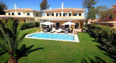 Luxurious and modern 4 bedroom villa located at the exclusive Monte Da Quinta