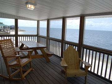 Eat lunch/dinner on the relaxing screened in porch with gorgeous sunset views!