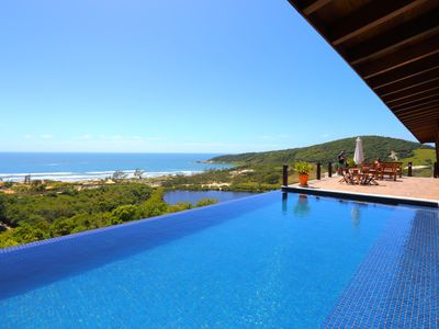 High Standard House in Praia do Rosa with 5 suites and infinity pool.