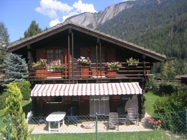 Comfortable chalet in an idyllic area. Fenced garden. Dogs accepted.