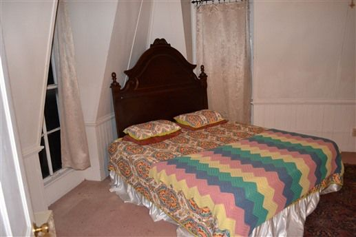 Bed & Breakfast: Saint Anne's Historical Guesthouse - Downstairs Full size Bed