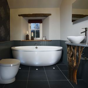 Master en-suite bathroom with seperate shower