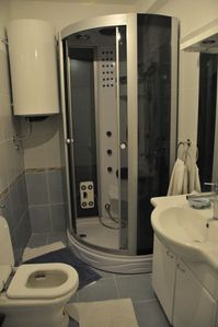 Split house rental - Bathroom 2 - Jacuzzi Shower, Toilet, Large Sink