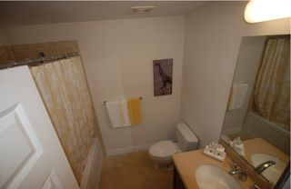 Ruskin townhome photo - Bathroom w. tub & shower, vanities