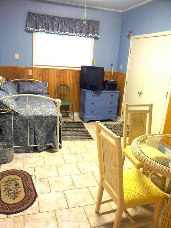 Bonus Room w/ daybed/trundle, TV/DVD, card table, and half-bath. Great for kids!