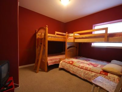 Bunkroom sleeps 5, with 3 singles and one lower double