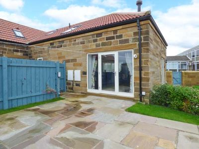 MALLARD COTTAGE, family friendly, with a garden in Whitby, Ref 915189