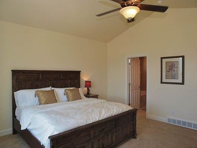 MASTER (KING BED) W/ VAULT CEILINGS, HD TV, VIEW