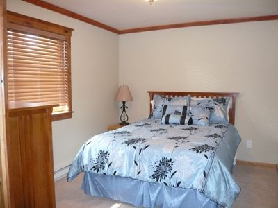 Queen bed w/large walk-in closet