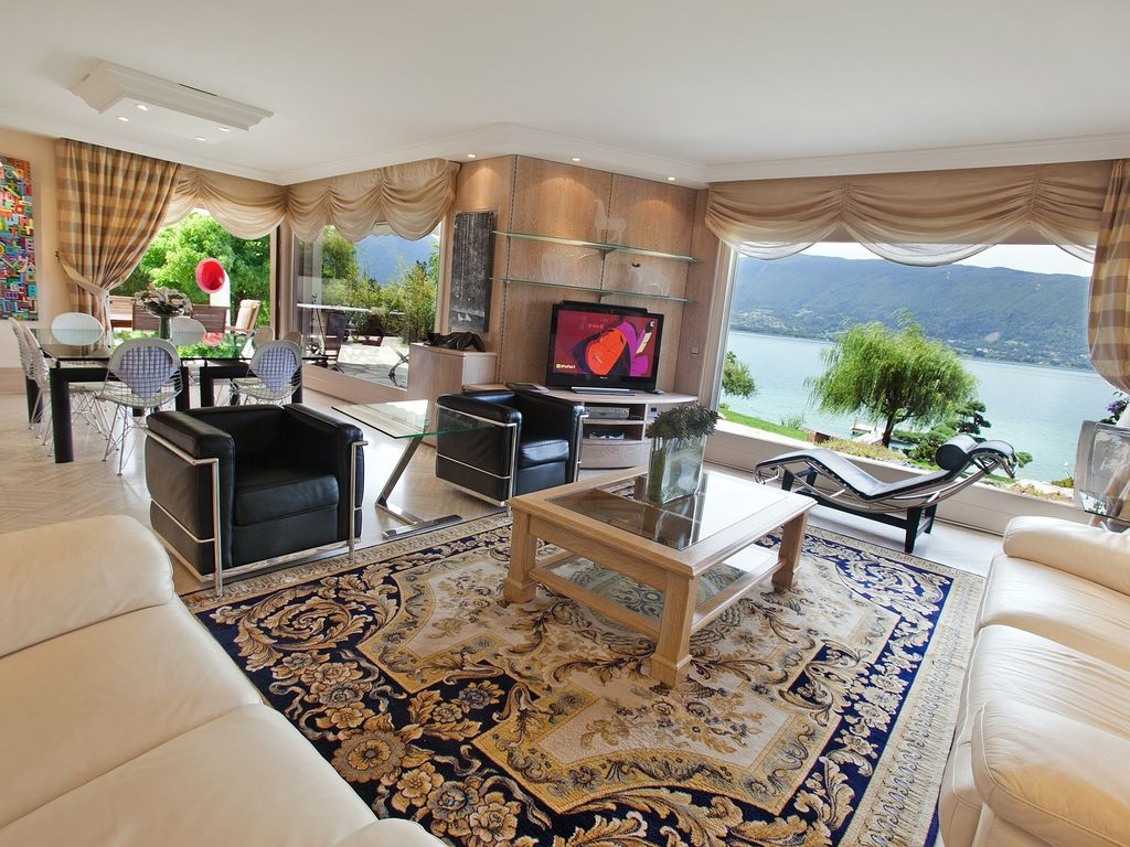 villa d 39 exception 5 toiles au bord du lac d 39 annecy pour 10 personnes. Black Bedroom Furniture Sets. Home Design Ideas