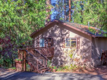 Mariposa cottage rental - front of house with parking