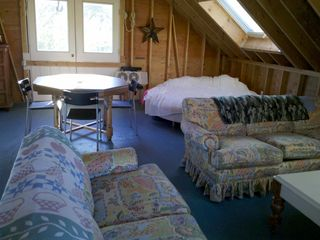 Loft w/ king size round bed,plenty of seating, tv/cable for kids getaway