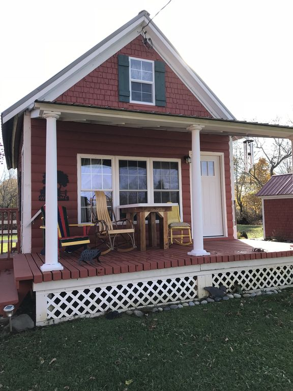 Adorable 1840 fully restored cottage on 15 acres that sleeps 5 w/mountain view