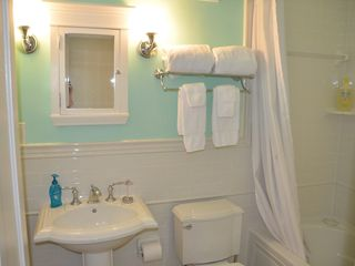 Capitol Hill townhome photo - Spacious bath w/large tub/shower & pedestal sink