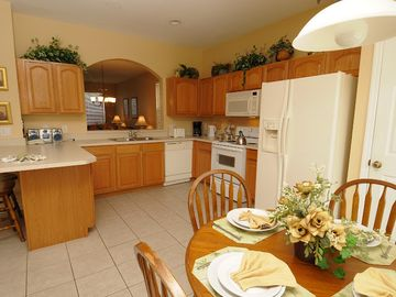 Full Size Kitchen and Breakfast Area
