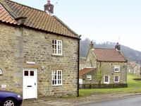 HOLLYSIDE COTTAGE, family friendly in Hutton-Le-Hole, Ref 1667