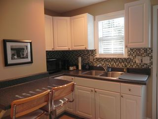 Savannah studio photo - Kitchen w/microwave and coffee pot