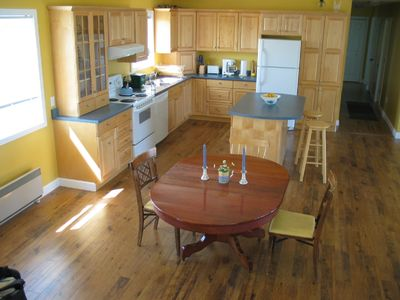 Fully equipped kitchen, table extends to seat 8