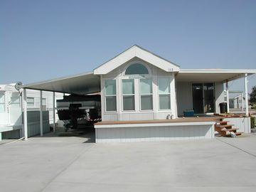 Needles mobile home rental - Covered parking for boat/car Eat on the deck Lots of parking
