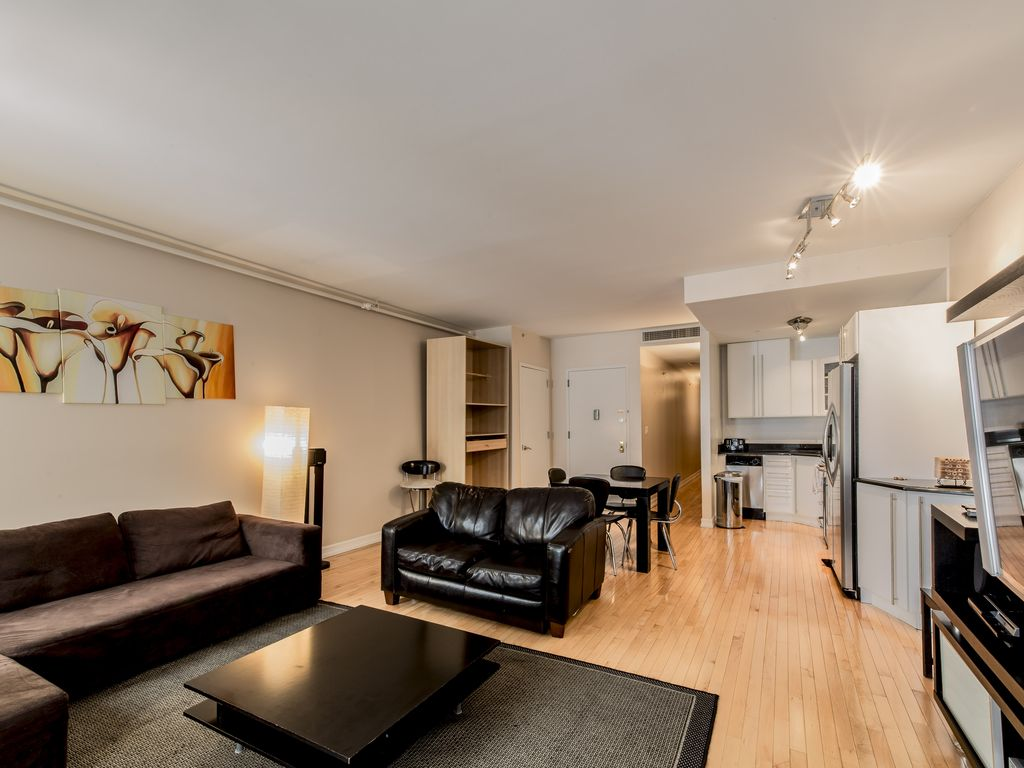 Sleeps 6 2 bed 2 bath financial district vrbo for Square footage of a room