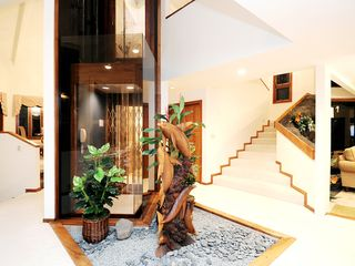 Honolulu house photo - The glass elevator makes traveling between floors easy.