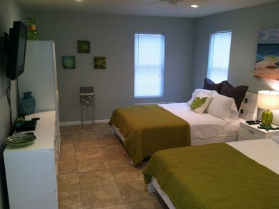 Brand new Bungaloo, (2) queen beds w/private bath & access door to pool.