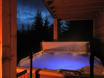 PRIVATE 8-PERSON HOT TUB at NIGHT Roslyn Ridge Ronald Cle Elum area Rental Cabin