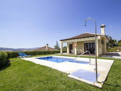 House with garden and views on the Viñuela Lake